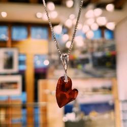 ❤ Votre cœur bat pour lui, pour elle... C'est le moment de lui dire vos mots les plus doux et de marquer ce souvenir par un petit cadeau synonyme de tendresse ☁️ Collier en cristal Swarovski et argent 925 par l'atelier français Indicolite. #indicolite #indicoliteparis #bijou #bijoux #jewelry #collier #colliercoeur #necklace #heartnecklace #swarovski #swarovskicrystals #cristalswarovski #swarovskielements #stvalentin #valentinesday2021 #bemyvalentine #saintvalentin #cadeau #gift #ideescadeaux #maisondadam #maisondesartisans #angers