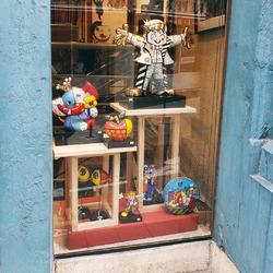 🥳🎉 RÉOUVERTURE demain, mercredi 19 mai, à 9h30! L'univers  fun et coloré du pop artist Romero Britto illustre tout à fait notre joie de vous retrouver 🥰 ( @romerobritto ) À demain pour en prendre plein les mirettes, les étagères sont remplies de créations et des nouveautés sont à découvrir! #reopening #deconfinement #19mai #enmaifaitcequilteplait #britto #romerobritto #romerobrittoart #art #popart #sculpture #couleurs #joie #bonnehumeur #maisondadam #maisondesartisans #angers #commercenonessentiel