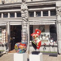 """🌞 Passage à l'heure d'été  👙 Notre Baigneuse """"Défilé"""" profite plus longtemps des rayons du soleil  👩🏼 Artiste : Déesse  (🍏 Pomme Street Art par l'artiste Bruno) #deesseartiste #deessesculpture #ysl #cocochanel #popart #popartstyle #popartsculpture #cubisme #graffiti #graffitiart #art #colorful #couleurs #sculpturepopart #baigneuse #pomme #streetart #maisondadam #lamaisondesartisans #lamaisondadam #maisondesartisans #angers #anjou"""