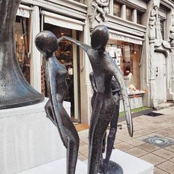💦🌧 Dansons sous la pluie Quel été! ☔😅 Ne nous décourageons pas! ⛅ Même si le soleil ne rayonne pas par sa présence, l'été vous apportera de belles surprises. En tout cas, vous en trouverez sur notre boutique en ligne maison-artisans.com ! Des nouveautés sont ajoutées chaque semaine ! 🥳 #souslapluie #dansonssouslapluie #etepluvieux #ouestlesoleil #maisondadam #maisondesartisans #sculpture #bronze #bronzeart #art #deco #decodexterieur #outdoorsculpture #lamaisondadam #angers #jaimelanjou #igersanjou #igersangers