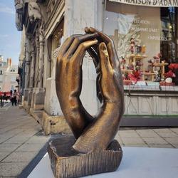 """🤲 """"La Cathédrale"""" d'Auguste Rodin - La passion de ce grand sculpteur de la seconde moitié de 19ème siècle pour l'art gothique l'a influencé dans plusieurs de ses œuvres dont cette sculpture où deux mains se rejoignent délicatement 🙌. La verticalité ⬆️ de cette réalisation évoque pour Auguste Rodin celle des arches célestes se terminant par des croisées d'ogives dans la nef d'une cathédrale gothique 💒. Cette œuvre d'une grande grâce propose également un jeu de plein et de vide, d'ombres et de lumières, à l'image des plus belles réalisations architecturales de style gothique. Retrouvez sa parfaite représentation en statuette patinée bronze, en boutique ou sur 👉 maison-artisans.com (lien dans la bio). Elle se décline sous plusieurs tailles. #Rodin #AugusteRodin #LaCathedrale #mains #hands #sculpture #art #statuette #deco #ideedecoration #decomaison #artisanat #maisondadam #maisondesartisans#Angers #angerscity #angerstourisme #angersmaville"""